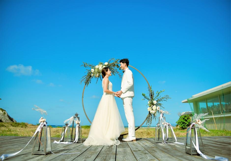 沖縄西表島結婚式ビーチフロント・デッキ挙式 ジャングル・ホテル・パイヌマヤ 空と海が広がる挙式シーン