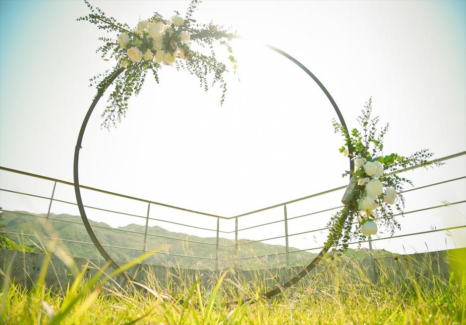 ジャングル・ホテル・パイヌマヤ西表島挙式 ルーフトップ・ガーデン・ウェディング サークルアーチ生花装飾