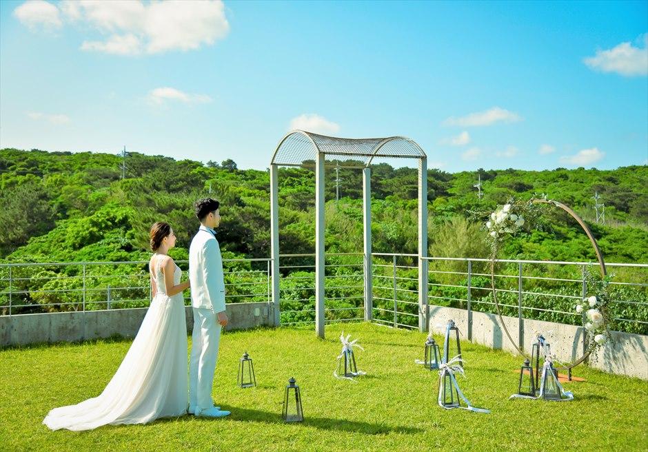 西表結婚式・ジャングル・ホテル・パイヌマヤ オーシャンビュー・ルーフトップ・ガーデン 緑深い山々に囲まれたウェディング・シーン