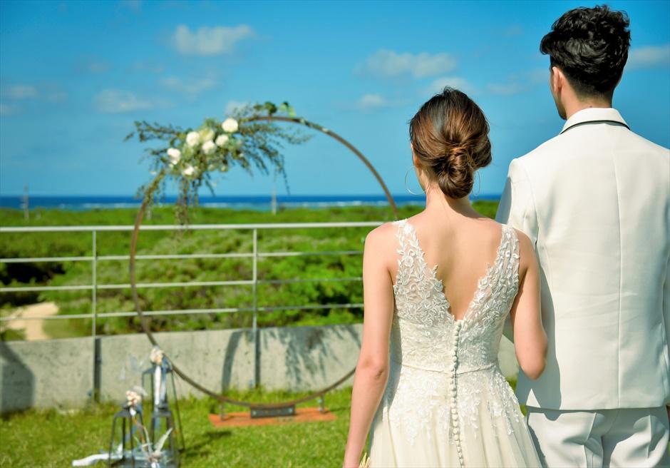 西表結婚式・ジャングル・ホテル・パイヌマヤ オーシャンビュー・ルーフトップ・ガーデン アーチ越しに美しいジャングルと海を一望する