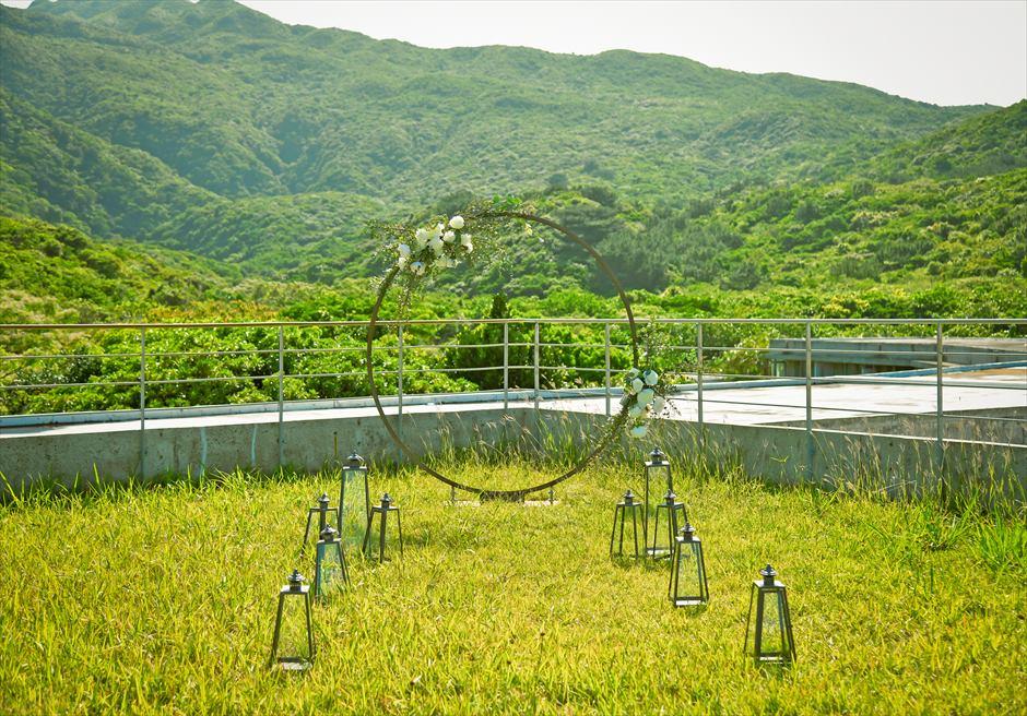 ジャングル・ホテル・パイヌマヤ西表島挙式 ルーフトップ・ガーデン・ウェディング アーチ越しに緑深い山々を望む挙式会場