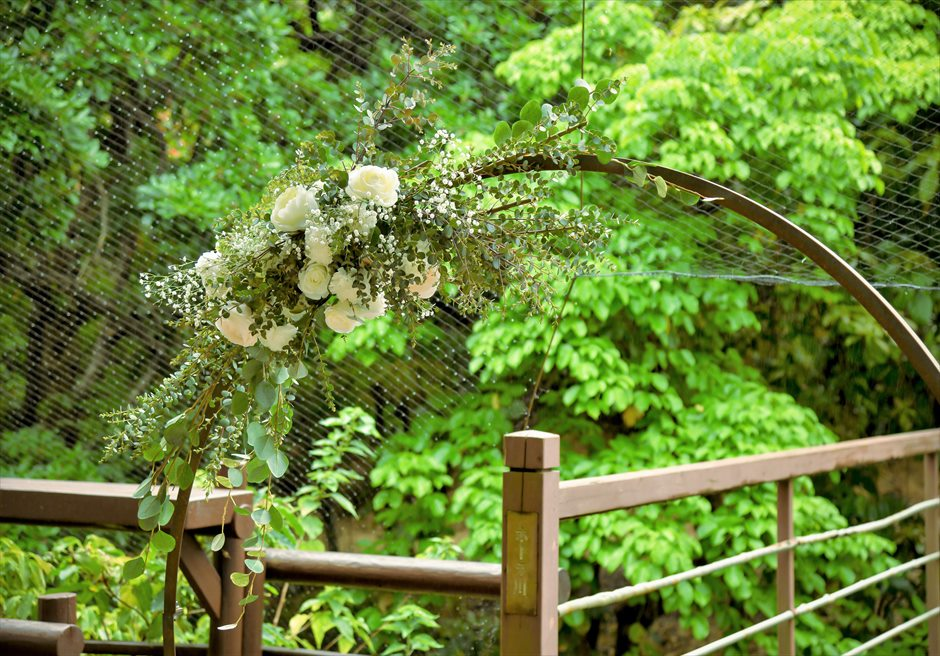 ジャングル・ホテル・パイヌマヤ西表結婚式 ブリッジ・デッキ・ウェディング サークルアーチ生花装飾