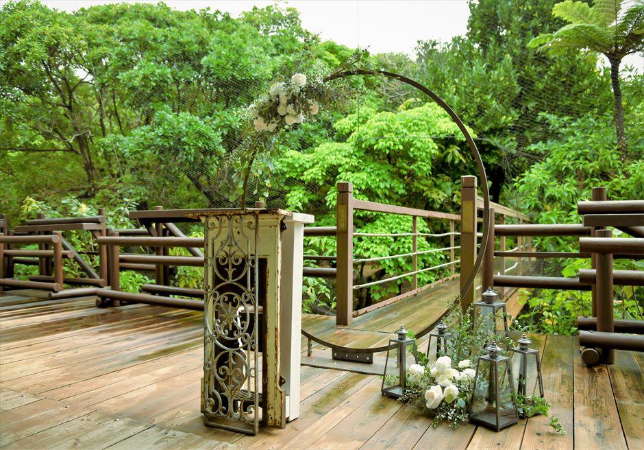 ジャングル・ホテル・パイヌマヤ西表結婚式 ブリッジ・デッキ・ウェディング 沖縄挙式 アーチ越しに緑深いジャングルが広がる