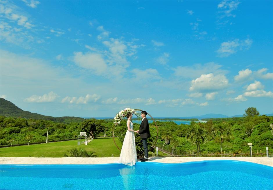 ホテル海邦川平石垣島・沖縄結婚式│インフィニティ・ウェディング│ガーデンを見下ろす挙式シーン