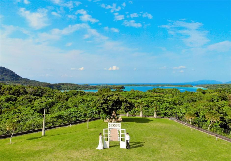 ホテル海邦川平・石垣島沖縄結婚式 ヘブンズ・ドア・ガーデン・ウェディング ヘブンズドアにて挙式後撮影
