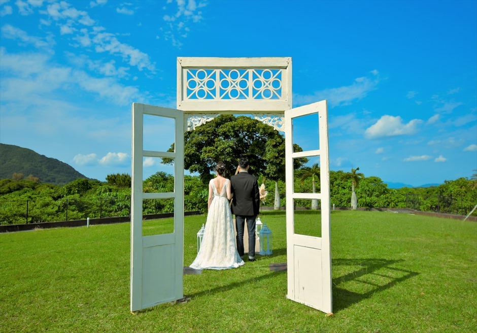 ホテル海邦川平・石垣島沖縄結婚式 ヘブンズ・ドア・ガーデン・ウェディング ヘブンズドアより挙式会場入場シーン