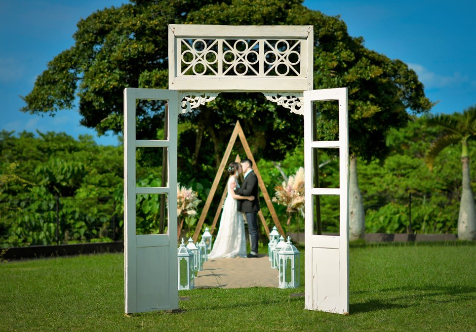 ホテル海邦川平・石垣島沖縄結婚式 ヘブンズ・ドア・ガーデン・ウェディング 一枚の絵画のような挙式シーン
