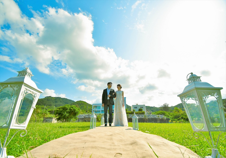 ホテル海邦川平・石垣島沖縄結婚式 ヘブンズ・ドア・ガーデン・ウェディング ホテル棟をバックにバージンロード入場