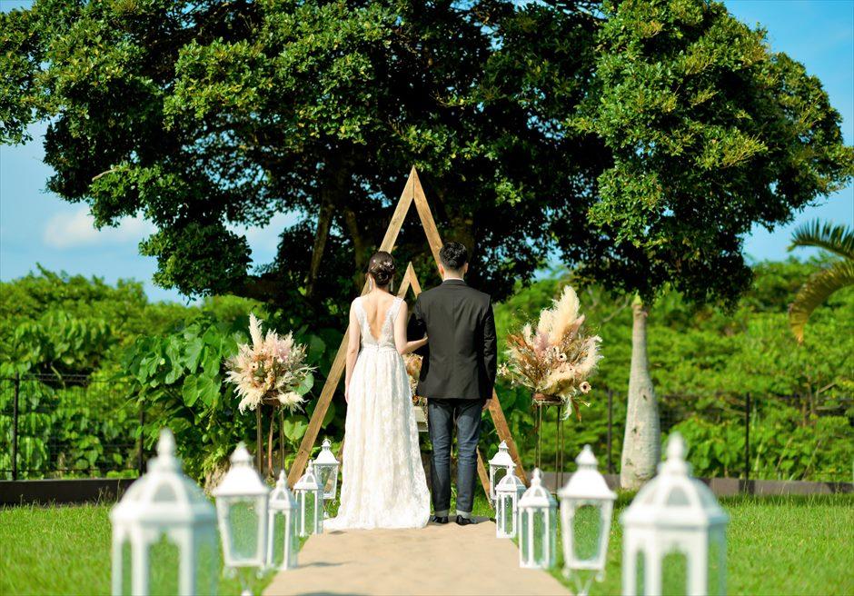 ホテル海邦川平・石垣島沖縄結婚式 ヘブンズ・ドア・ガーデン・ウェディング 緑に囲まれた美しい挙式シーン