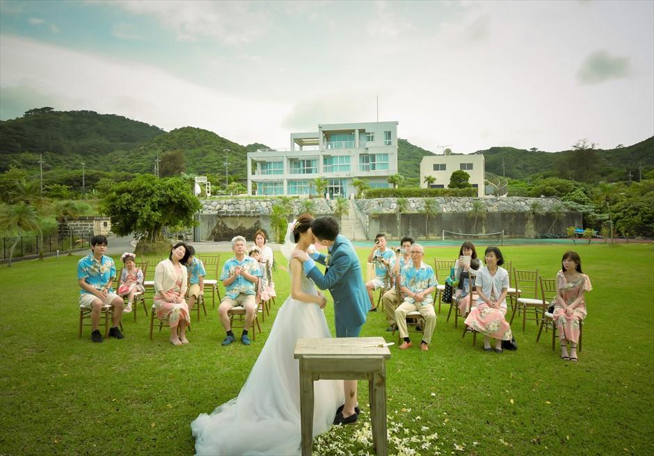 ホテル海邦川平・石垣島沖縄・結婚式│ツリー・ガーデン・ウェディング│ホテル棟をバックにした挙式シーン