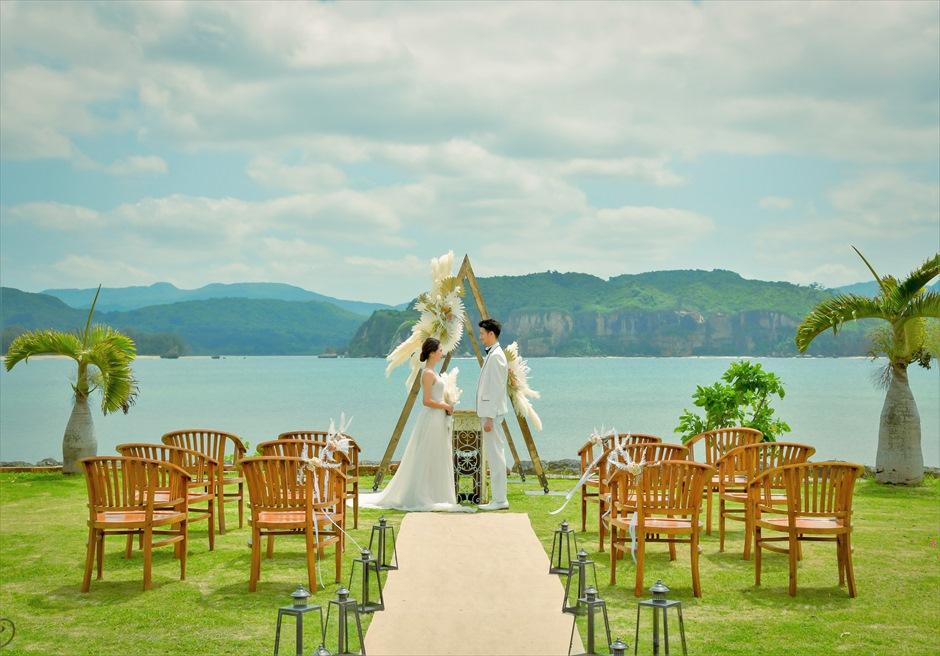 沖縄西表島結婚式ヴィラうなりざき オーシャンフロント・ガーデンウェディング アーチ越しに海が広がるブライダルシーン