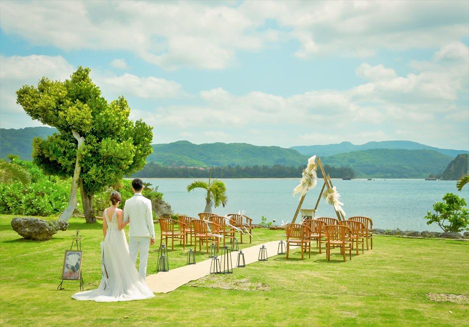 沖縄西表島結婚式ヴィラうなりざき オーシャンフロント・ガーデンウェディング 広大なガーデンの挙式会場入場シーン