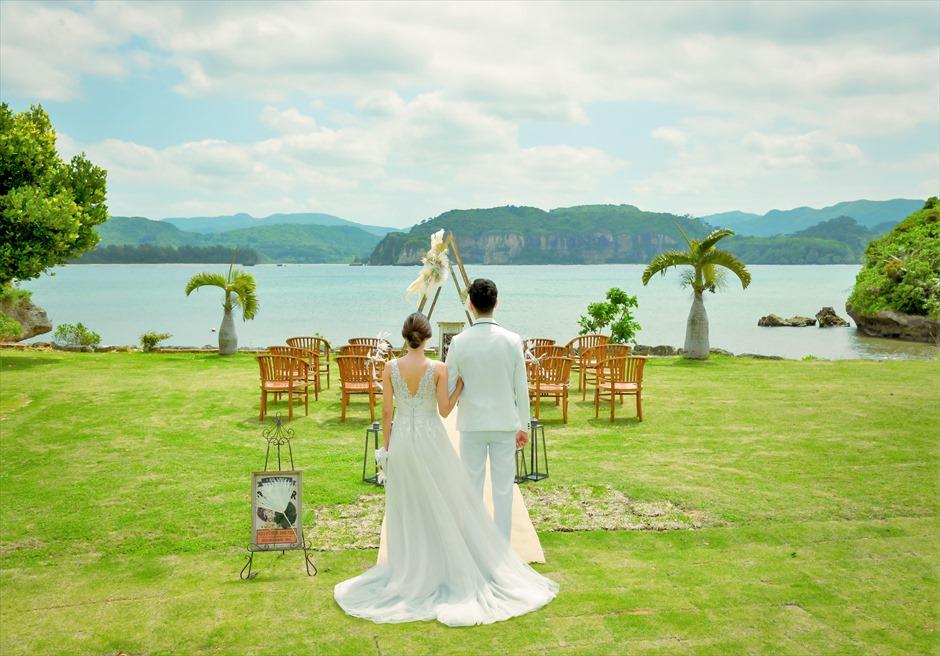 沖縄西表島結婚式ヴィラうなりざき オーシャンフロント・ガーデンウェディング 西表島特有の美しい景観が広がる挙式会場入場