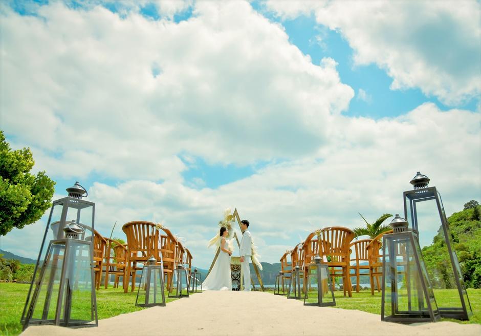 沖縄西表島結婚式ヴィラうなりざき オーシャンフロント・ガーデンウェディング 広大なガーデンに映えるバージンロード
