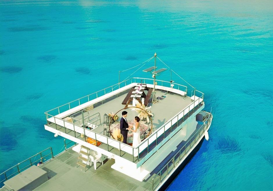 沖縄・石垣島アイランド・クルージング挙式 船上ウェディング 大型船のルーフトップでの挙式全景
