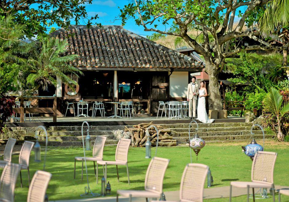 舟蔵の里・石垣島・沖縄結婚式 琉球古民家ガーデン・ウェディング 古民家棟よりガーデンへ入場シーン