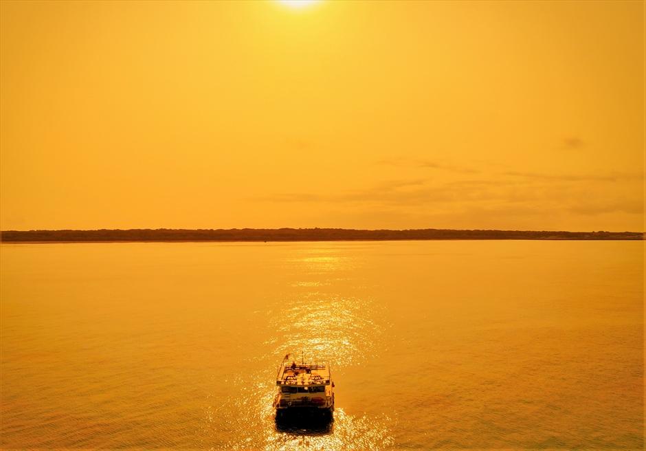 沖縄・石垣島クルーズ 竹富島小浜島近海 船上サンセット・ウェディング クルーズ船より大海の夕日を望む