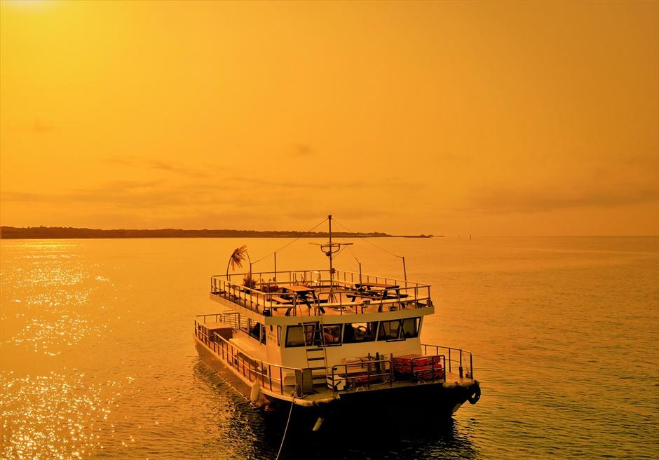 沖縄・石垣島クルーズ 竹富島小浜島近海 船上サンセット・ウェディング サンセットタイム・クルーズ船全景