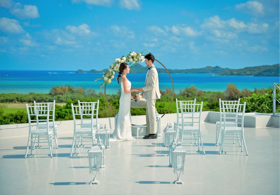 星の宿川平・石垣島沖縄結婚式│オーシャンフロント・ルーフトップ挙式│アーチ越しに絵画のような景色を望む