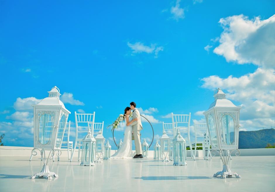 星の宿川平・石垣島沖縄結婚式│オーシャンフロント・ルーフトップ挙式│青と白の美しい挙式シーン