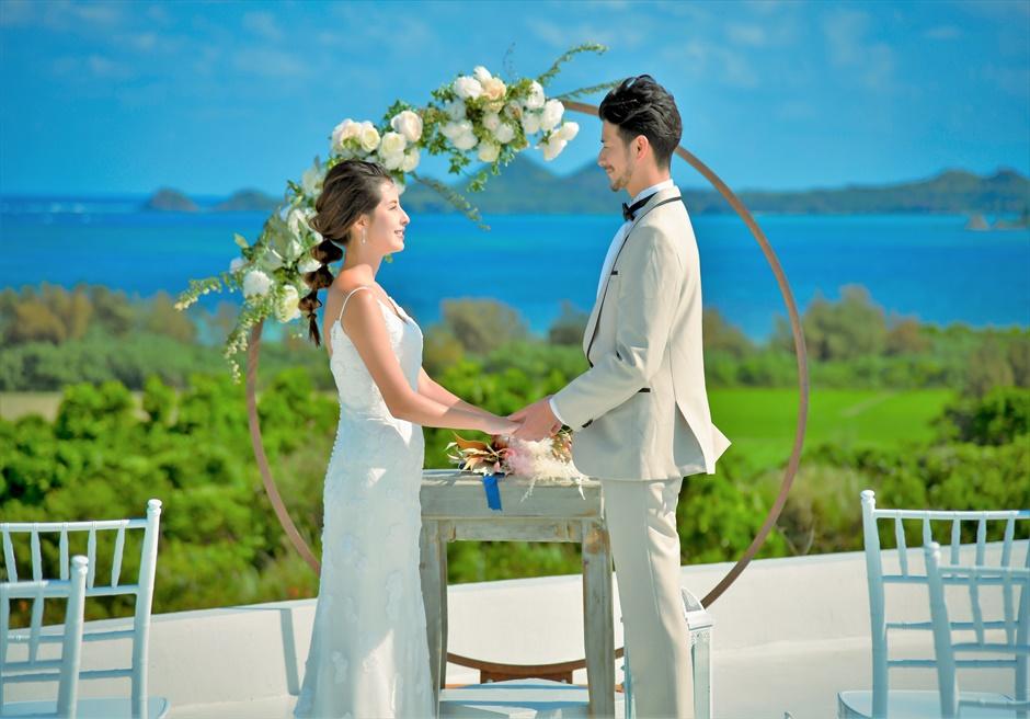 星の宿川平・石垣島沖縄結婚式│オーシャンフロント・ルーフトップ挙式│アーチ越しに真っ青な海を望む