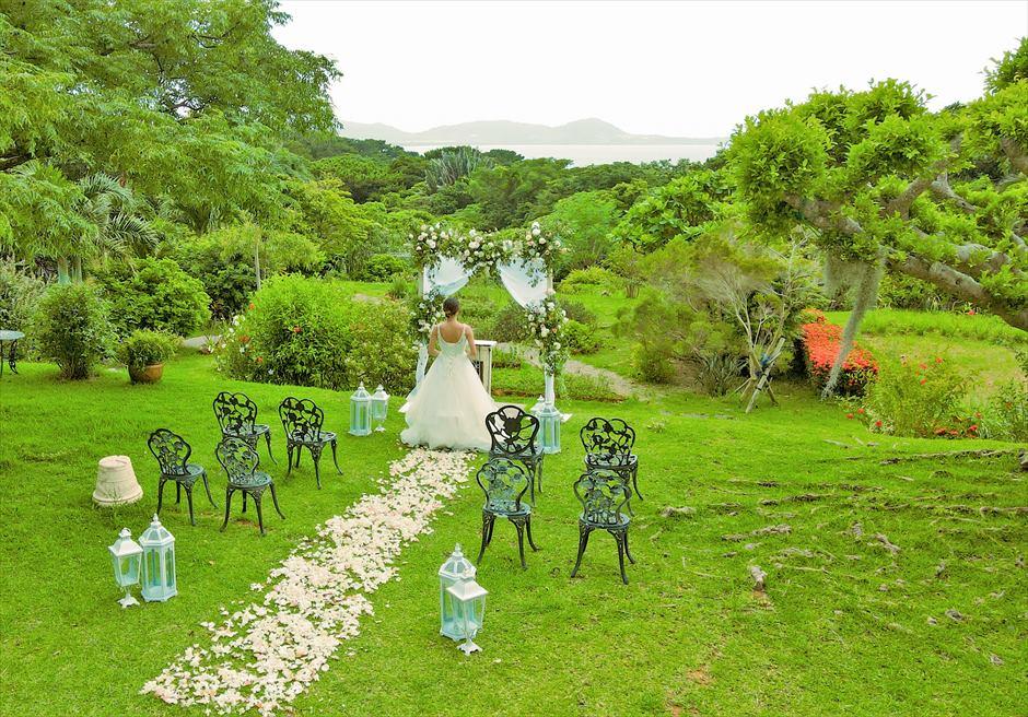 ハーブ・ガーデン・パナ石垣島沖縄結婚式│ヒーリング・ウェディング│アーチ越しに遠く海を望む