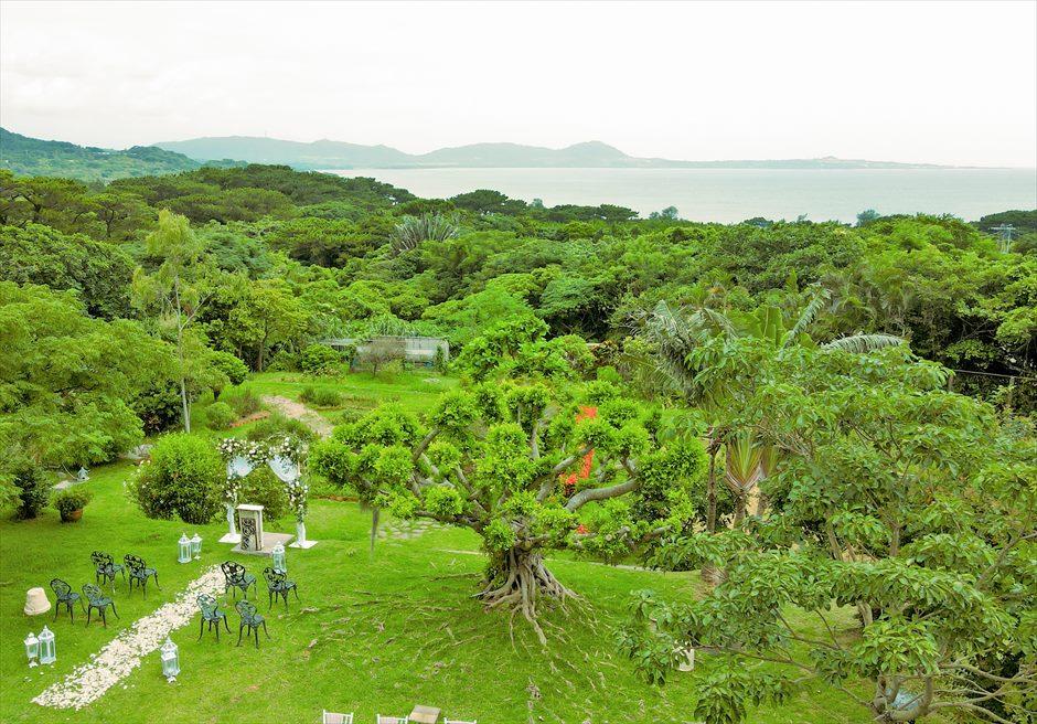 ハーブ・ガーデン・パナ石垣島沖縄結婚式│ヒーリング・ウェディング│挙式会場より遠く海を一望する