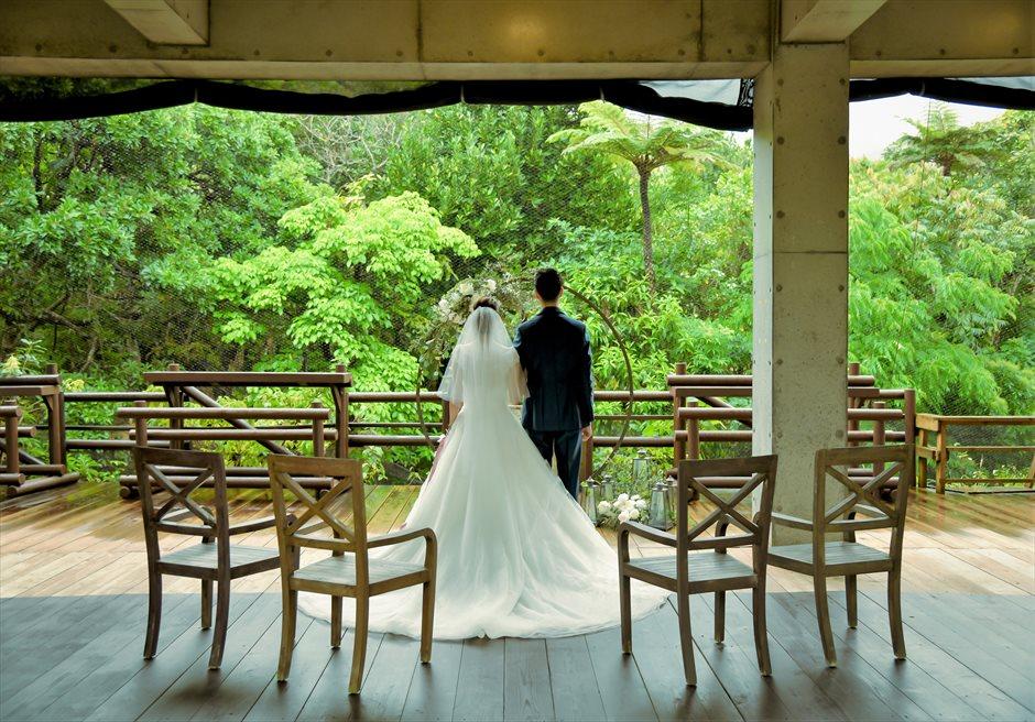 パイヌマヤ西表島沖縄 ジャングル・ホテル ブリッジ・デッキ・ウェディング 目の前に広大なジャングルが広がる挙式シーン
