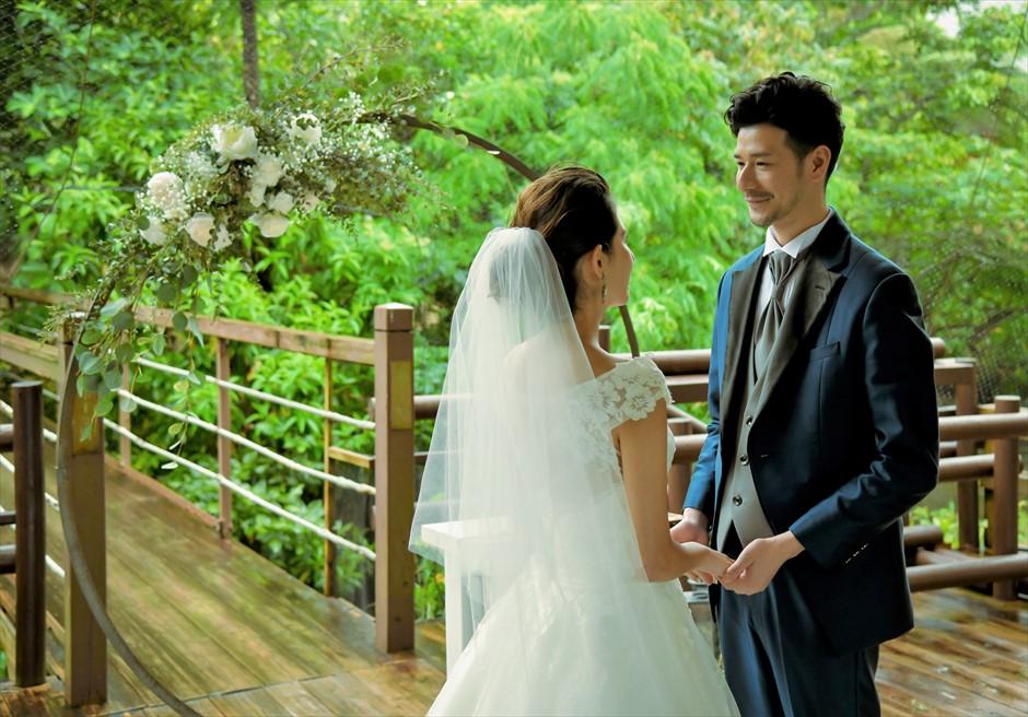 ジャングル・ホテル・パイヌマヤ西表島 ブリッジ・デッキ・ウェディング ジャングルの緑にドレスの白が映え渡る