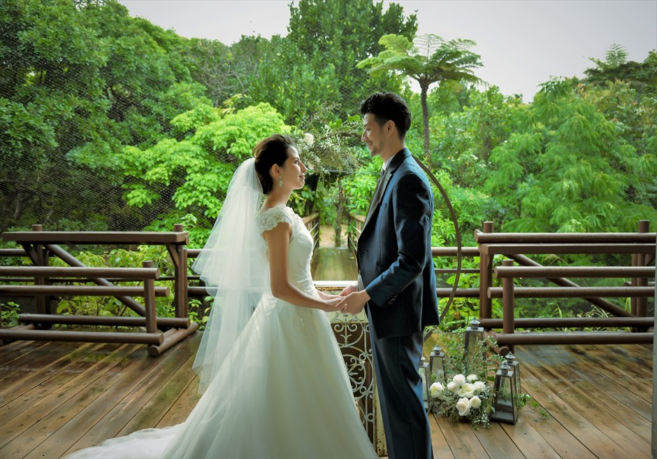 パイヌマヤ西表島沖縄 ジャングル・ホテル ブリッジ・デッキ・ウェディング 緑深いジャングルを望む幻想的な挙式シーン