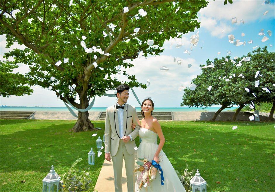 ホテル・ロイヤル・マリン・パレス石垣島結婚式│パーク・ツリー・ガーデン・ウェディング│生花のフラワーシャワー