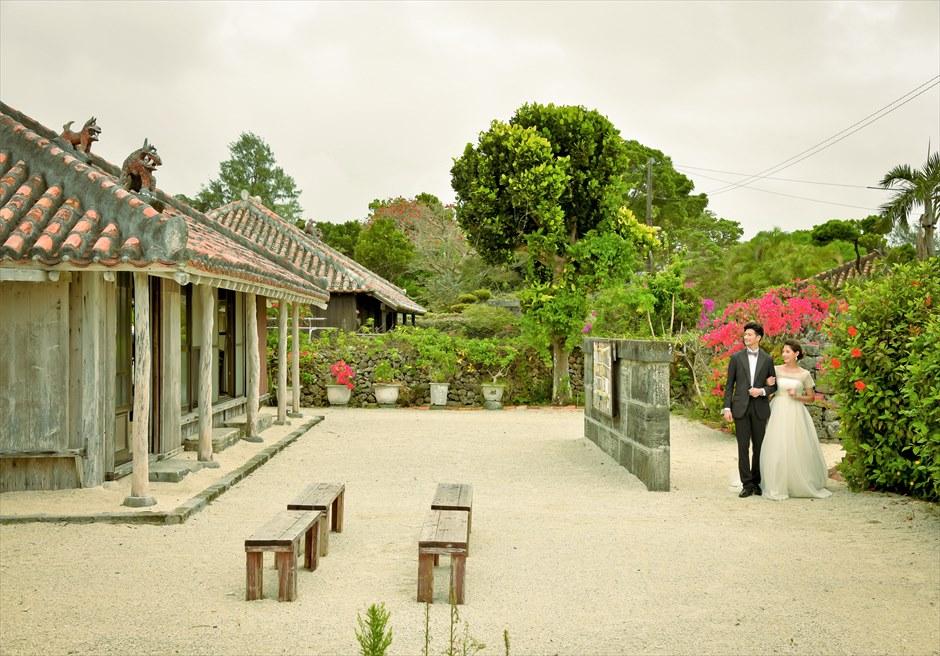 竹富島・沖縄琉球古民家ヴィラ結婚式 コーラル・サンド・ガーデン・ウェディング 竹富島の集落より古民家へ入場