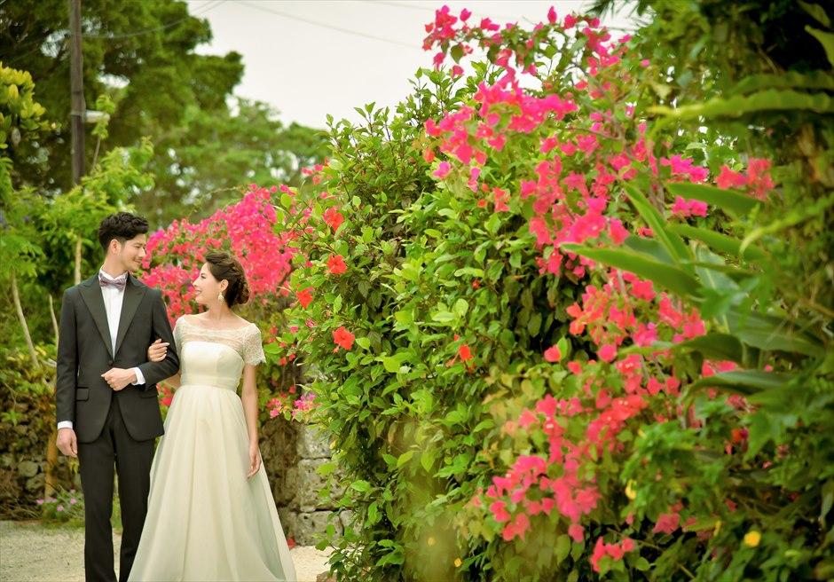 竹富島・沖縄琉球古民家ヴィラ結婚式 コーラル・サンド・ガーデン・ウェディング 花々が咲き乱れる小道より古民家へ入場