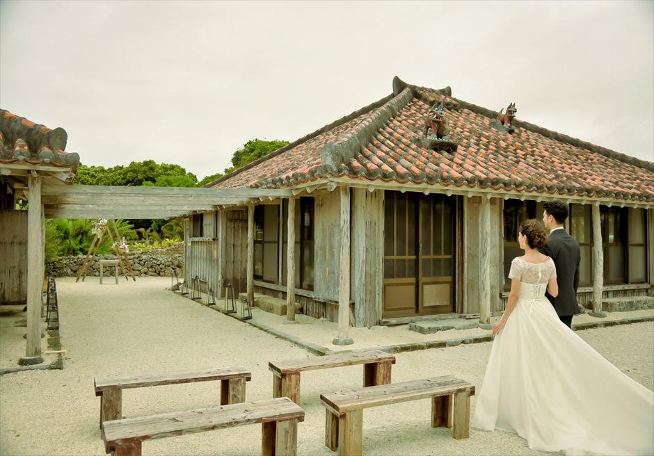 竹富島・沖縄琉球古民家ヴィラ結婚式 コーラル・サンド・ガーデン・ウェディング 珊瑚の砂のバージンロードを入場