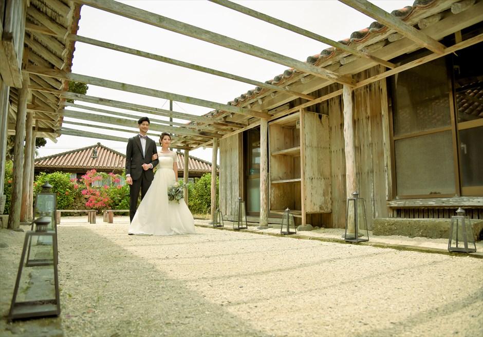 竹富島・沖縄琉球古民家ヴィラ結婚式 コーラル・サンド・ガーデン・ウェディング どこか懐かしさを感じる芸術的な挙式シーン
