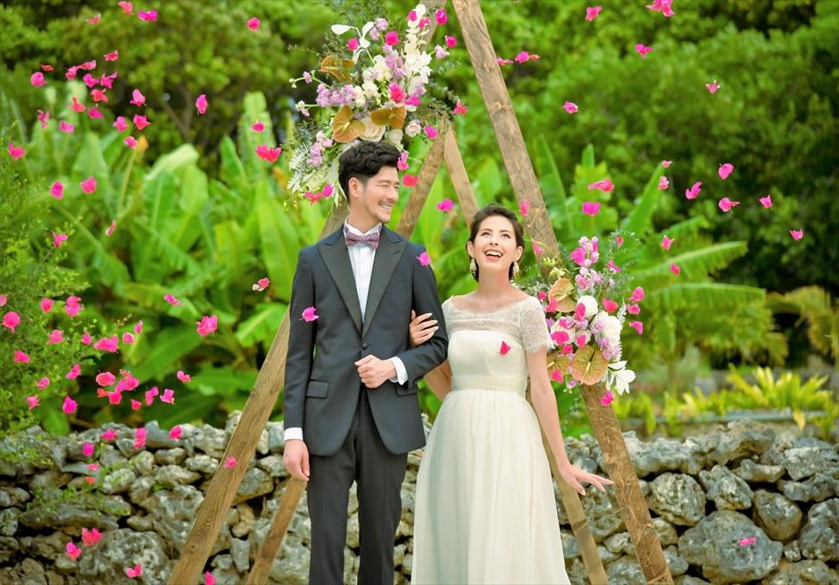 竹富島・沖縄琉球古民家ヴィラ結婚式 コーラル・サンド・ガーデン・ウェディング 生花のフラワーシャワー