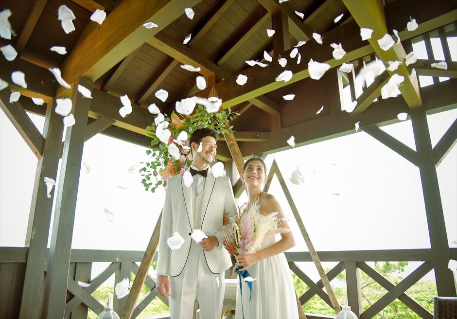 シーフォレスト石垣島・沖縄結婚式│ルーフ・デッキ・ウェディング│生花のフラワーシャワー