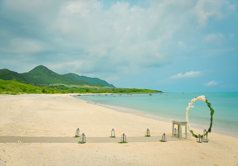 ザ・セブン・スターズ・リゾート石垣島│シーニック・ビーチ・ウェディング│緑深い美しい山々に囲まれたビーチ