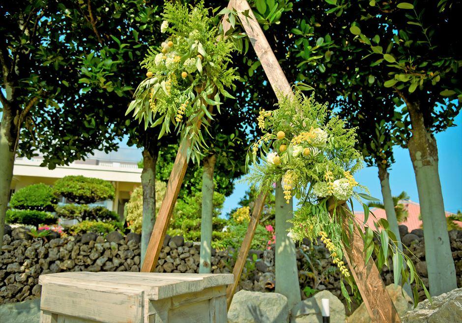 白保ノスタルジー・ガーデン石垣島沖縄結婚式 ヴィラ・ガーデン・ウェディング トライアングル・アーチ生花装飾