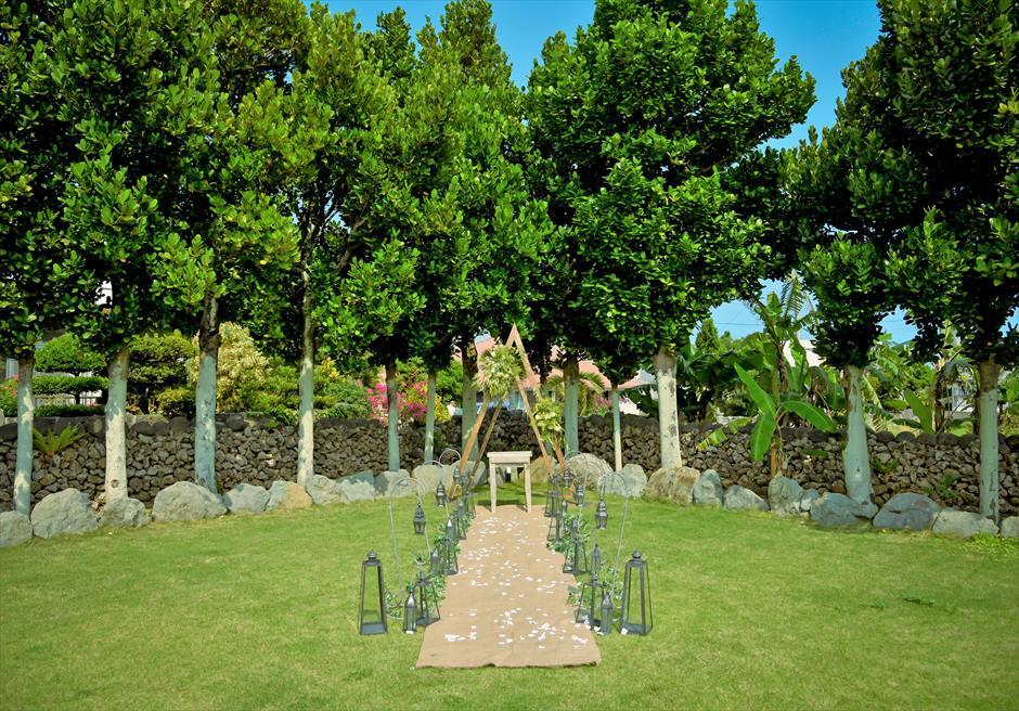 白保ノスタルジー・ガーデン石垣島ヴィラ挙式 ノスタルジー・ガーデン・ウェディング 美しい緑に囲まれた挙式シーン