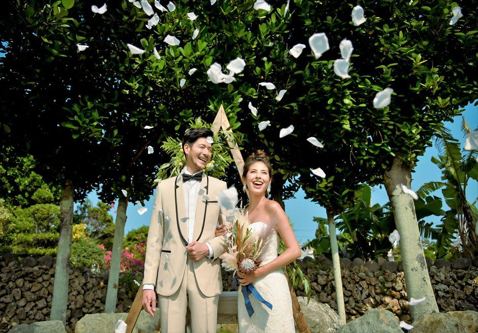 白保ノスタルジー・ガーデン石垣島ヴィラ挙式 ノスタルジー・ガーデン・ウェディング 生花のフラワーシャワー
