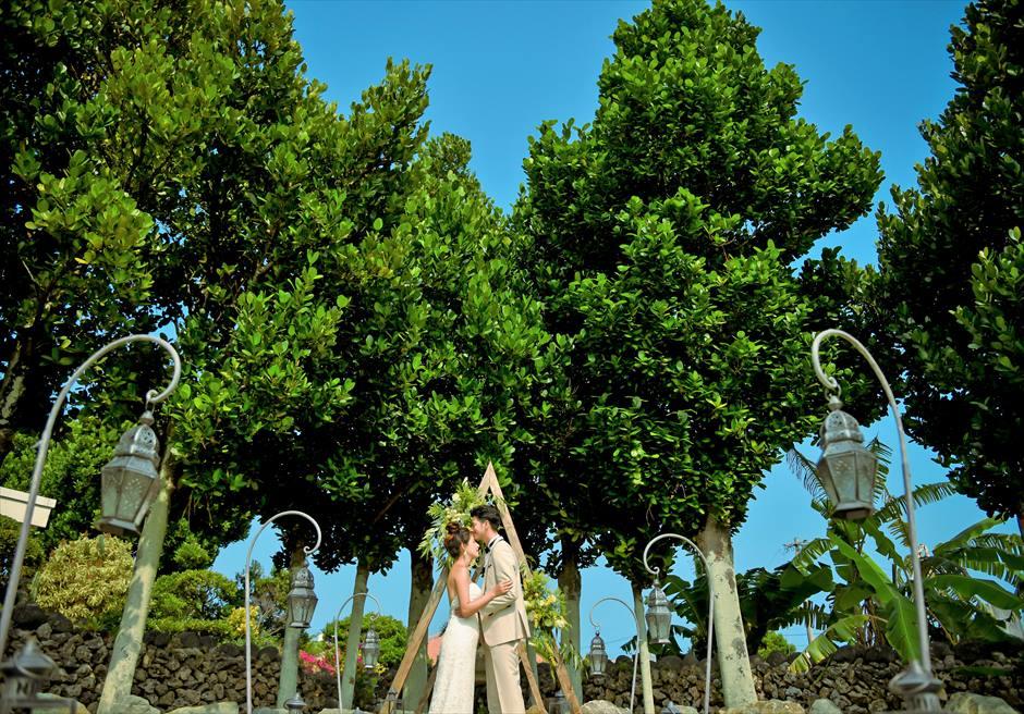 白保ノスタルジー・ガーデン石垣島ヴィラ挙式 ノスタルジー・ガーデン・ウェディング 青空と緑の木々のコントラストが美しい