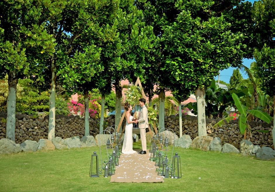 白保ノスタルジー・ガーデン石垣島ヴィラ挙式 ノスタルジー・ガーデン・ウェディング 目の前に大木が生い茂る挙式シーン