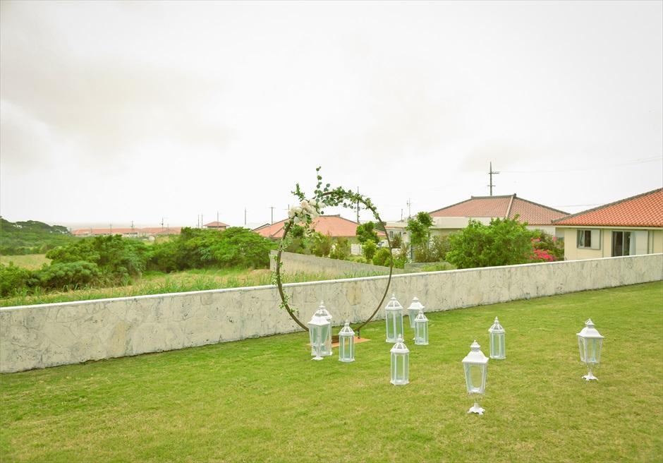 サンセット・ヒル・ヴィラ・ウェディング オーシャンビュー・ガーデン挙式 フサキ高台の長閑な景色を一望する挙式会場
