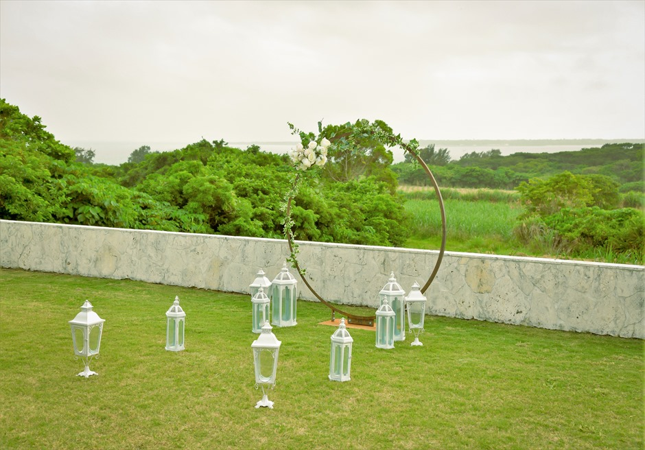 サンセット・ヒル・ヴィラ・ウェディング オーシャンビュー・ガーデン挙式 遠くフサキの海を一望する挙式会場