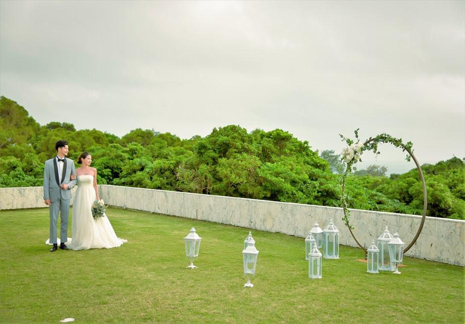 サンセット・ヒル石垣島・沖縄ヴィラ挙式 オーシャンビュー・ガーデン・ウェディング 遠く海を一望する挙式会場入場シーン