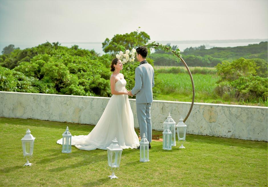 サンセット・ヒル石垣島・沖縄ヴィラ挙式 オーシャンビュー・ガーデン・ウェディング アーチ越し目の前に大自然が広がる