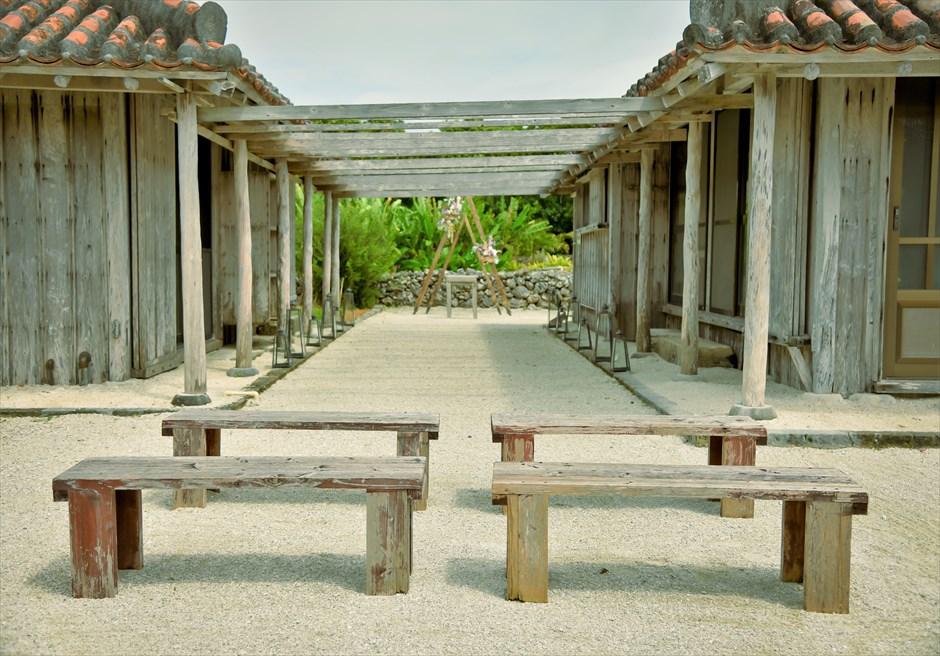 竹富島・沖縄琉球古民家ヴィラ結婚式 コーラル・サンド・ガーデン・ウェディング 美しい挙式会場の神秘的なブライダルシーン