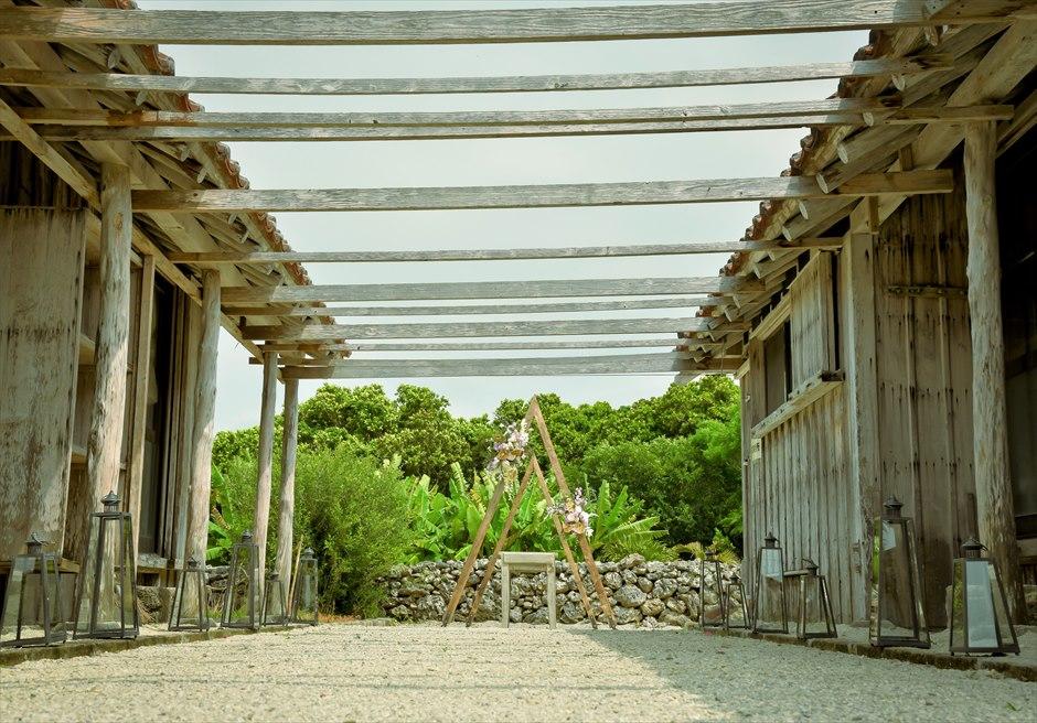竹富島・沖縄琉球古民家結婚式 ヴィラ・ウェディング 整地された珊瑚のバージンロード