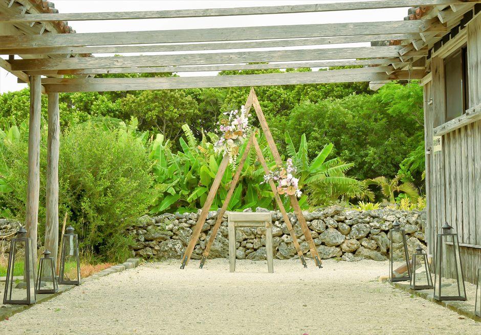 竹富島・沖縄琉球古民家結婚式 ヴィラ・ウェディング オールド&モダンな挙式会場装飾